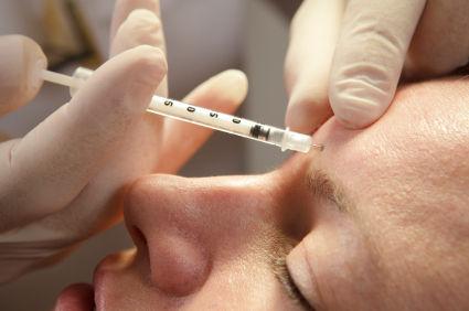 wstrzykiwanie botoxu na czoło pacjenta