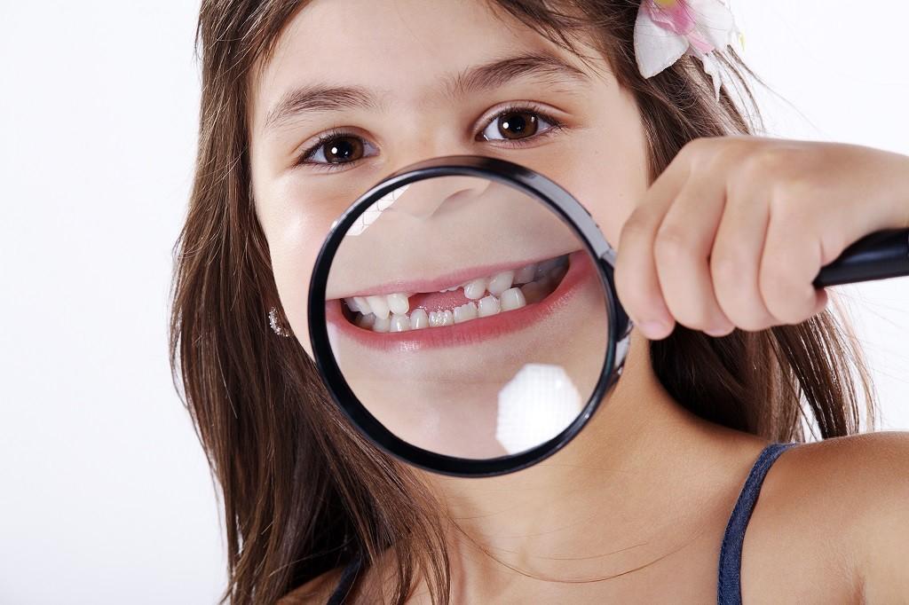 brakujące zęby u młodej pacjentki