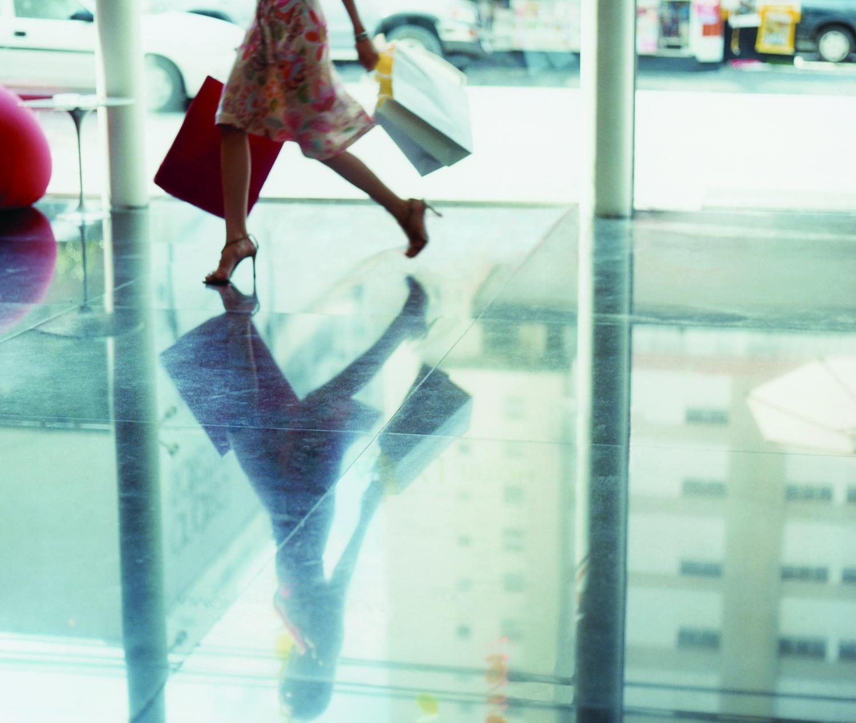 szczęśliwa kobieta wracająca z zakupów