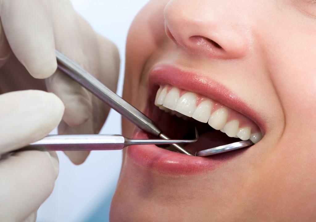 kontrola stanu przyzębia przez dentystę