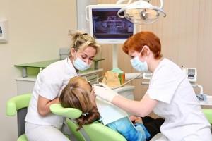 leczenie kanałowe zęba u kobiety siedzącej na fotelu