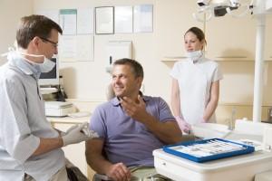 pacjent rozmawiający ze stomatologiem przed zabiegiem