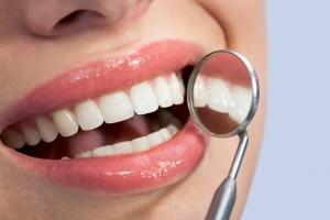 białe zęby pozbawione kamienia nazębnego